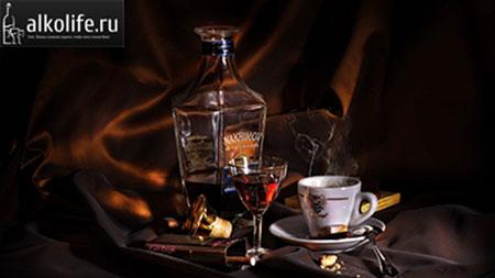 кофе с ромом в красивом бокале