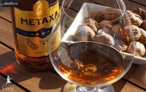 Бокал с метаксой с грецкими орехами