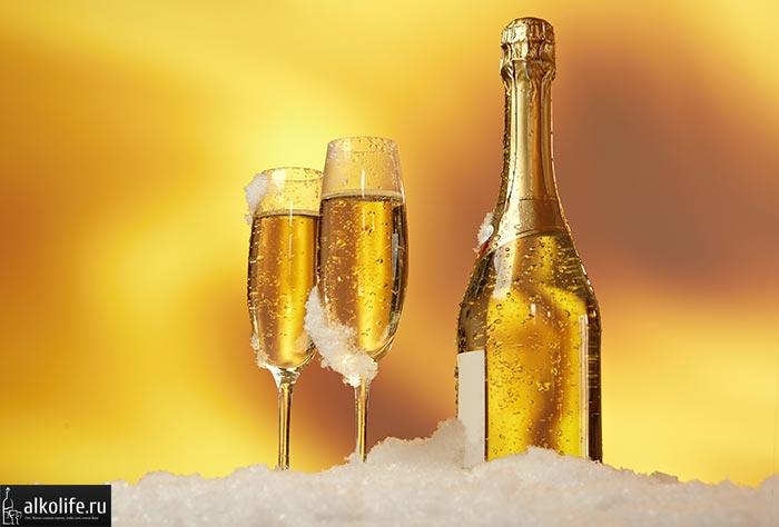 шампанское с бокалами в снегу