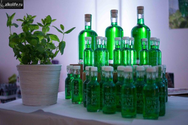 Ликер из мяты в маленьких бутылочках фото