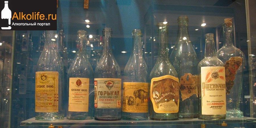 Старые бутылки из под водки