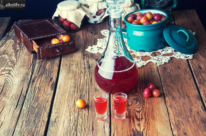 Сливовое вино в фужере