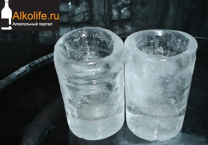 Замерзшие рюмки с водкой