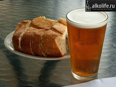 стакан с медовухой и хлебом фото