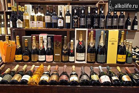 множество видов шампанского на витрине