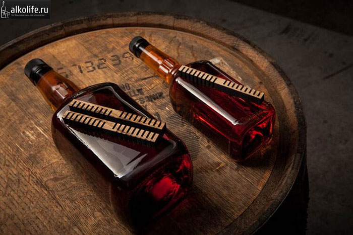 Две дутылки старки на бочке