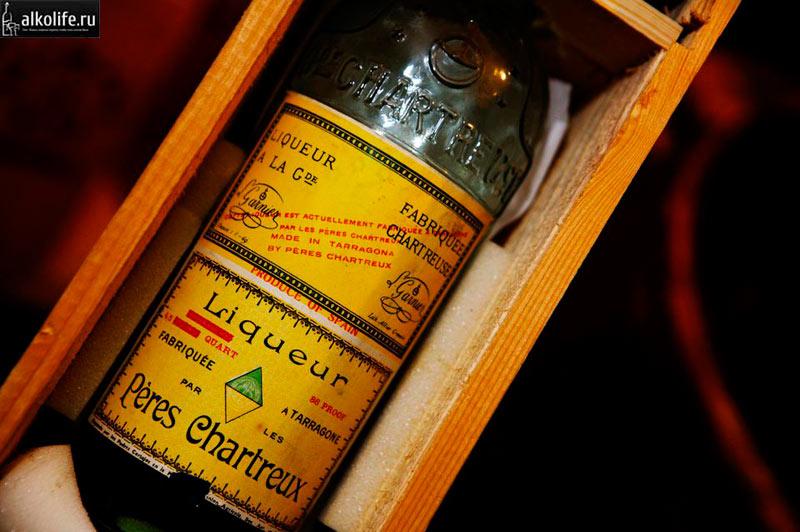 Ликер шартрез в эксклюзивной бутылке фото