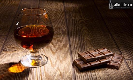 Бокал с коньяком и плиткой шоколада фото