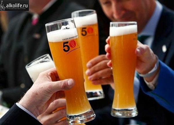 Немцы держат бокалы с пивом